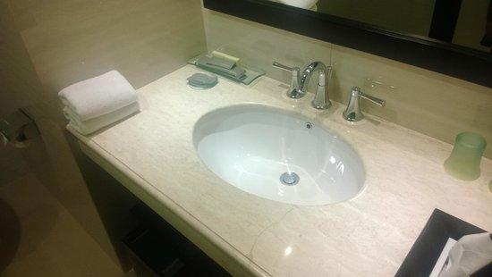 Hotel Santika Pandegiling Surabaya : Wash Basin