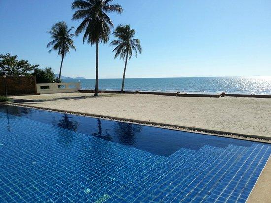 The Nantra De Deluxe : Swimmingpool mit hellem Sandstrandbereich