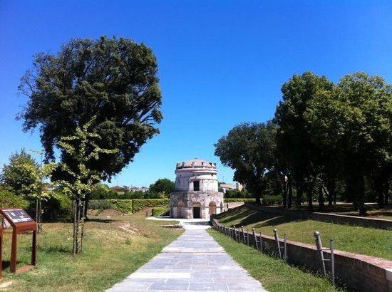 Mausoleo di Teodorico : vista dal vialetto d'accesso