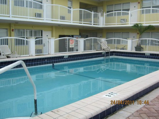 Hollywood Beachside Boutique Suites : Piscina
