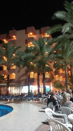 Ola Hotel Maioris: Hotel at night