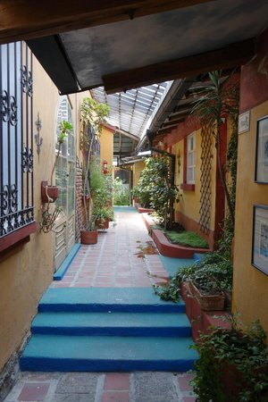 Cafe Cultura: Walkway to some of the rooms