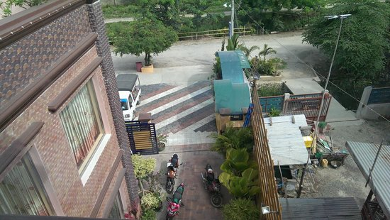 Hotel Rich Queen Mandalay: view from our room to the hotel entrance