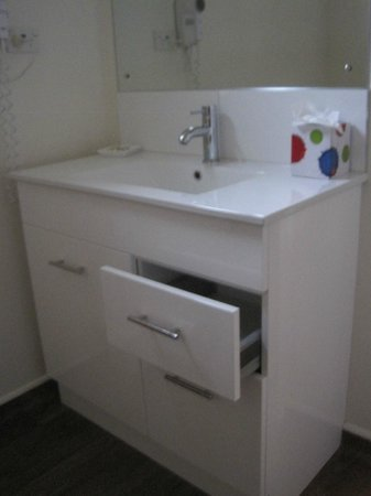 City Centre Motel: Bath vanity with storage
