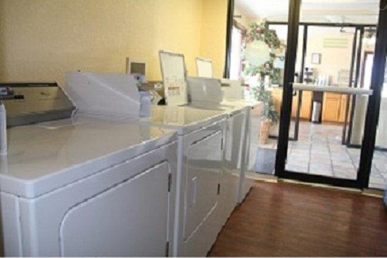 Knights Inn Punta Gorda : guest laundry