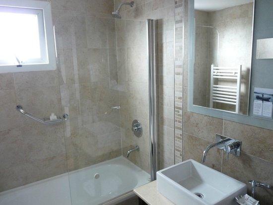 Banheiro com chuveiro e banheira  Foto de Alto Andino Hotel, Ushuaia  TripA -> Banheiro De Hotel Com Banheira