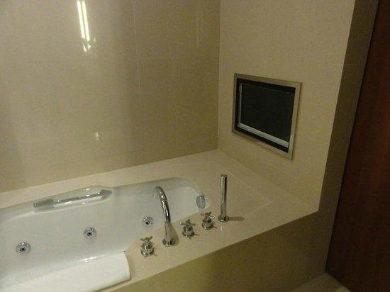 Novotel Citygate Hong Kong : They have TV on the bathroom