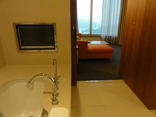 Novotel Citygate Hong Kong : Another look from bathroom to the bedroom