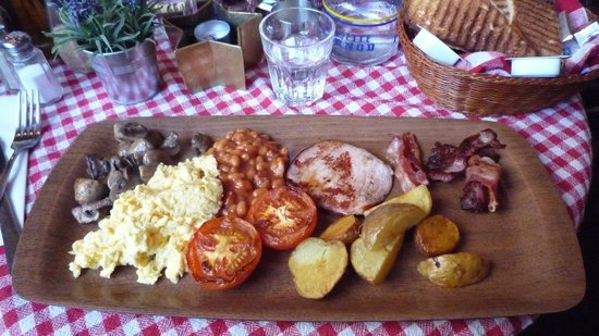 Le Bistro: Full English. Had run out of sausages so we got icelandic ham instead. Juice & fruit were also i