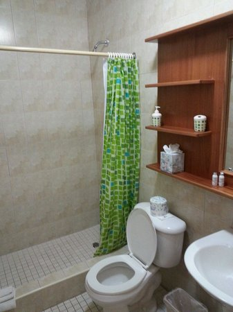 The Fajardo Inn: Suite bathroom