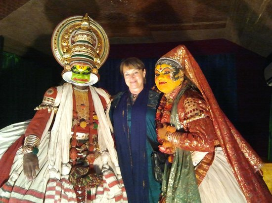 Mudra Cultural Centre: Posing with Kathakali Dancers