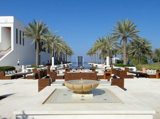 The Chedi Muscat – a GHM hotel: Long Pool und links das Spa Gebäude