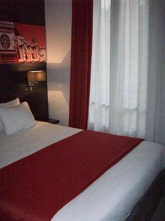 Hotel Le Bailli de Suffren: Bed/Ceiling to Floor Window