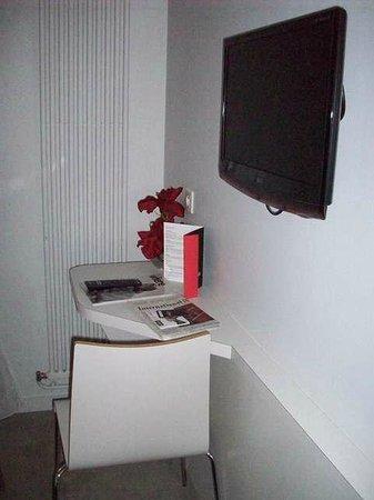 Hotel Le Bailli de Suffren: Desk/Entertainment Area of Room