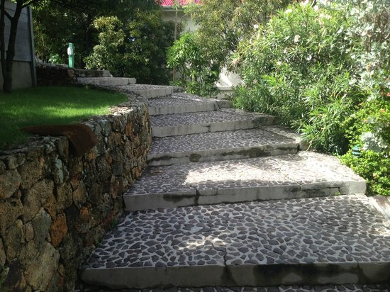 Hotel Le Village St Barth: Private path leading from road/driveway down to our cottage #21