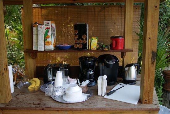 Papa's Hideaway : Breakfast set up by pool