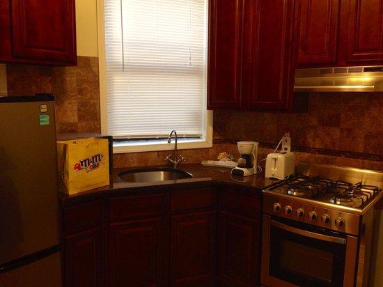 Seven Days Suites: Kitchen