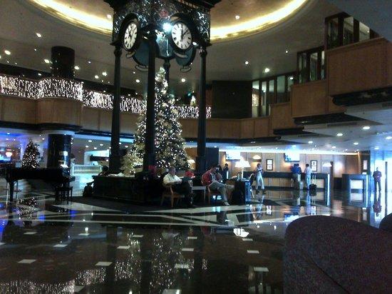 Orchard Hotel Singapore: View towards reception main lobby