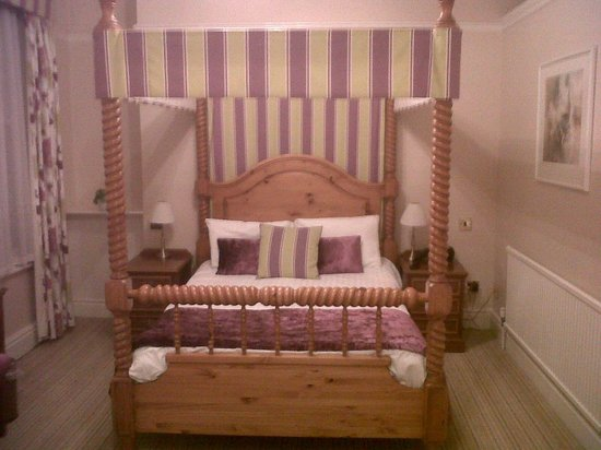 Minster Hotel: Four poster room with period bed and features - REALLY???