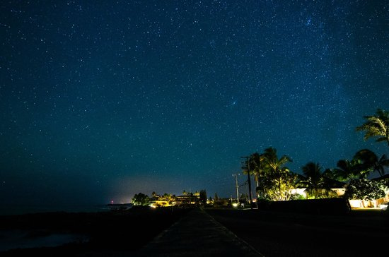 Sheraton Kauai Resort: Night sky from the wall leading to the Sheraton property