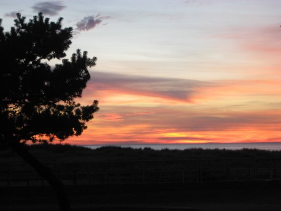 Quinault Beach Resort and Casino: spectacular sunset from the parking lot