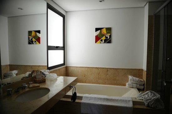 George V Casa Branca: SdB avec baignoire jacuzzi et douche italienne