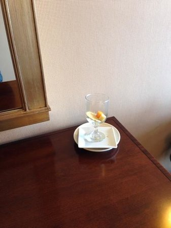 Sheraton Bucks County Hotel: Dirty dishes in the foyer when you exit the elevator!