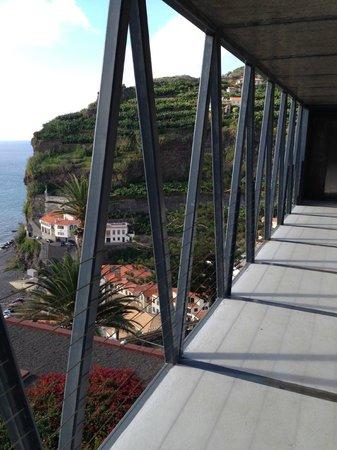 Estalagem Ponta do Sol: Вид с моста на океан и деревушку