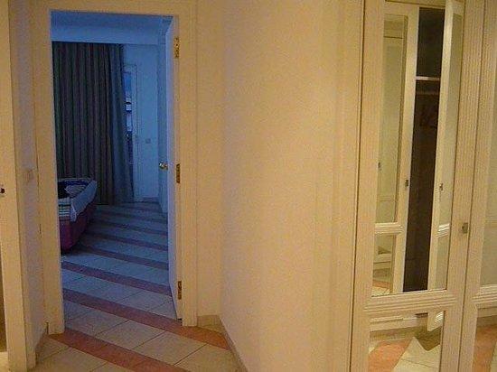 Golden Tulip Taj Sultan Resort : entrée de la chambre avec dressing à droite
