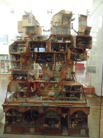 Vrij groot poppenhuis nabij de kinderhoek foto van for Groot poppenhuis