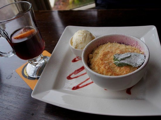 Cuckoo Brow Inn: Fruit Crumble with Mulled Wine