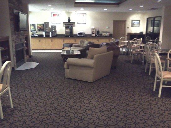 Quality Inn & Suites University : sitting/breakfast area