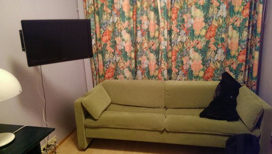 Hotel Lohja: sofa with window