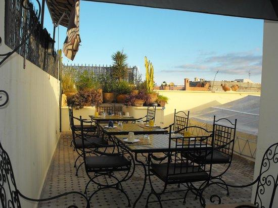 Riad Maison Belbaraka: Roof terrace/breakfast area