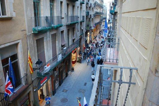 Hotel Catalunya: Вид из номера на маленькую улочку Santa Anna