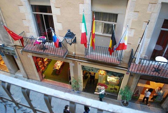 Hotel Catalunya: Отель на противоположной строне улицы. На расстоянии вытянутой руки