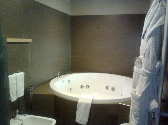 Aqualux Hotel Spa & Suite Bardolino: Bagno n. 1: l'idromassaggio!