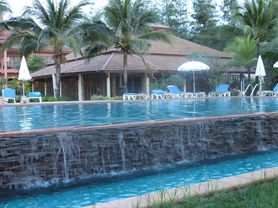 Lanta Casuarina Beach Resort: la salle du petit dejeuner au fond