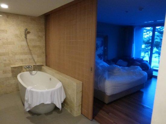 Novotel Phuket Kamala Beach : la salle de bain separee de la chambre par une cloison ouvrante