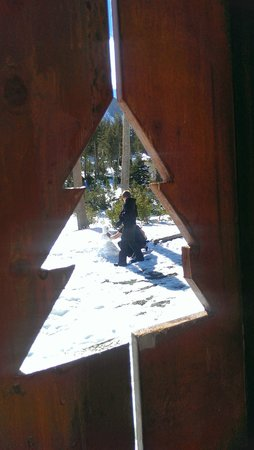 Mammoth Mountain Chalets: Snowman-building fun (taken through the front-porch railing.