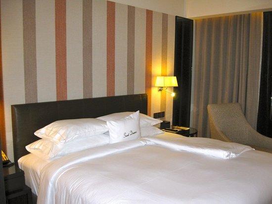DoubleTree by Hilton Sukhumvit Bangkok: bed