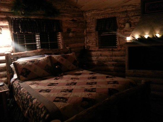 Annie's Mountain Retreat: Romantic Cottage bedroom with fireplace