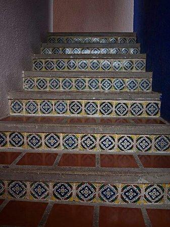 Real Playa del Carmen: En trappa upp till hotellrummen med fina kakelplattor