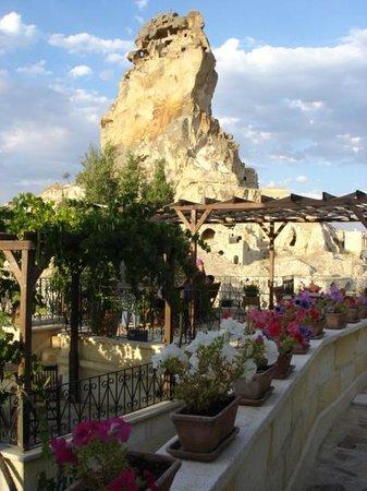 AlKaBriS: la terrasse avec en fond le célèbre rocher d'Ortahisar