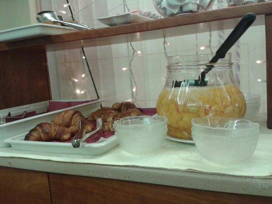 Hotel Commercio & Pellegrino : Cornetti e macedonia di frutta sciroppata