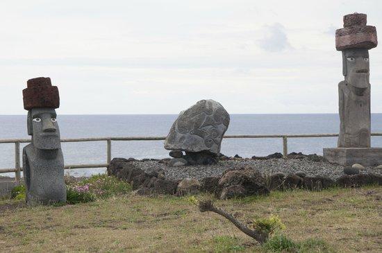Camping Mihinoa : Ahu y moai propio