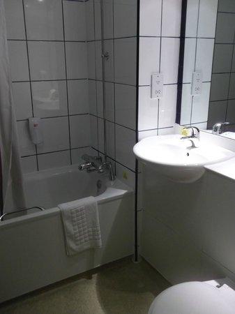 Premier Inn Bristol Sidcot (A38) Hotel: Bathroom.