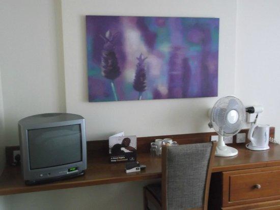 Premier Inn Bristol Sidcot (A38) Hotel: Room/tv,tea & coffee facilities.