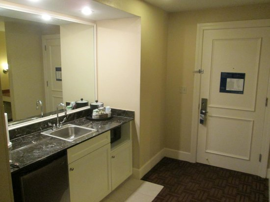 Hampton Inn & Suites Stamford: Dining Area of the Suite