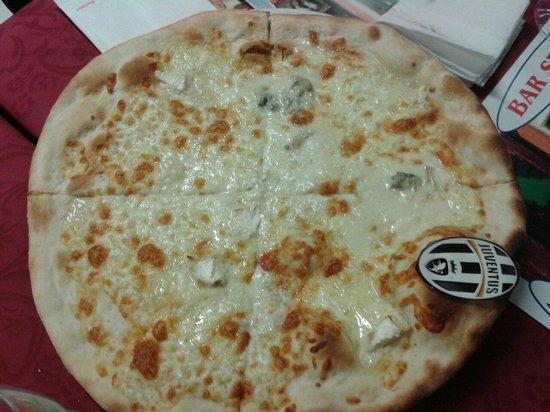 Pizzeria Spaghetteria Bar Sport: Pizza ai 4 formaggi bianca e con sorpresa